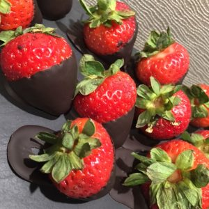 Berries dipped in chocolate? A great antioxidant-rich treat good for fertility! http://bit.ly/2dUtzOr