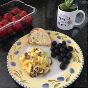 Scrambled eggs with Bratwurst and cheese